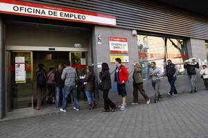 Cola de parados en en una oficina de empleo en Madrid.