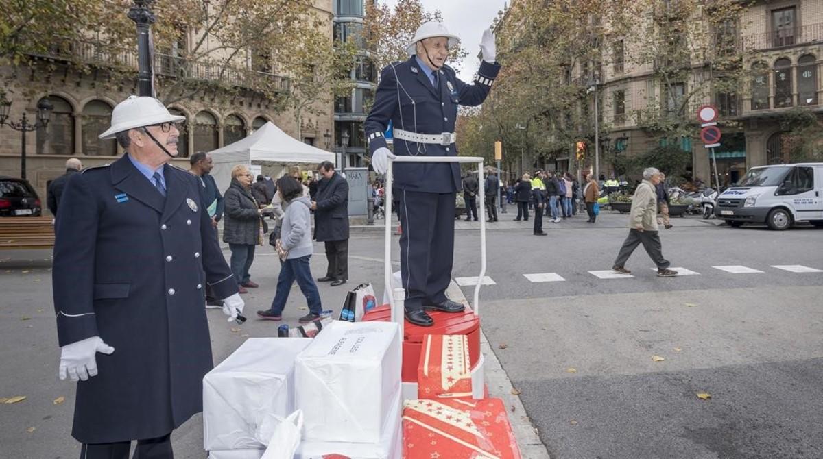 Resultado de imagen de Recogida de alimentos de la Guardia Urbana para las personas mayores