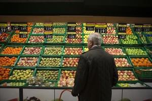 Más caras 8Puesto de frutas y verduras en un supermercado.