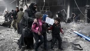 Una mujer siria con el cdáver de su hijo en Guta.
