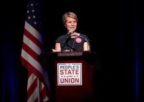 Cynthia Nixon, durante un discurso, a finales de enero, en Nueva York.
