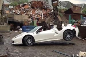 El Ferrari 458 Spider siendo destrozado por una grúa en un desguace