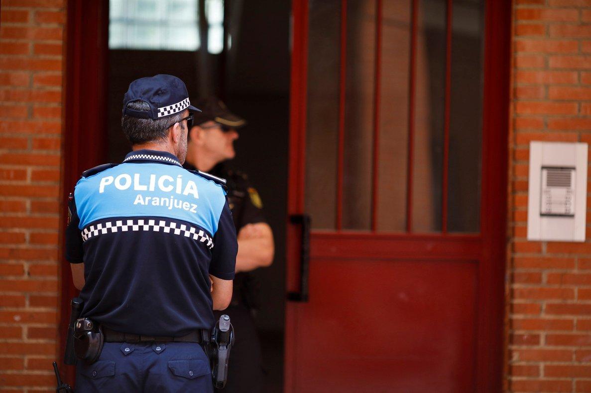 Policías custodian la vivienda de Aranjuez donde se produjo eltiroteo.