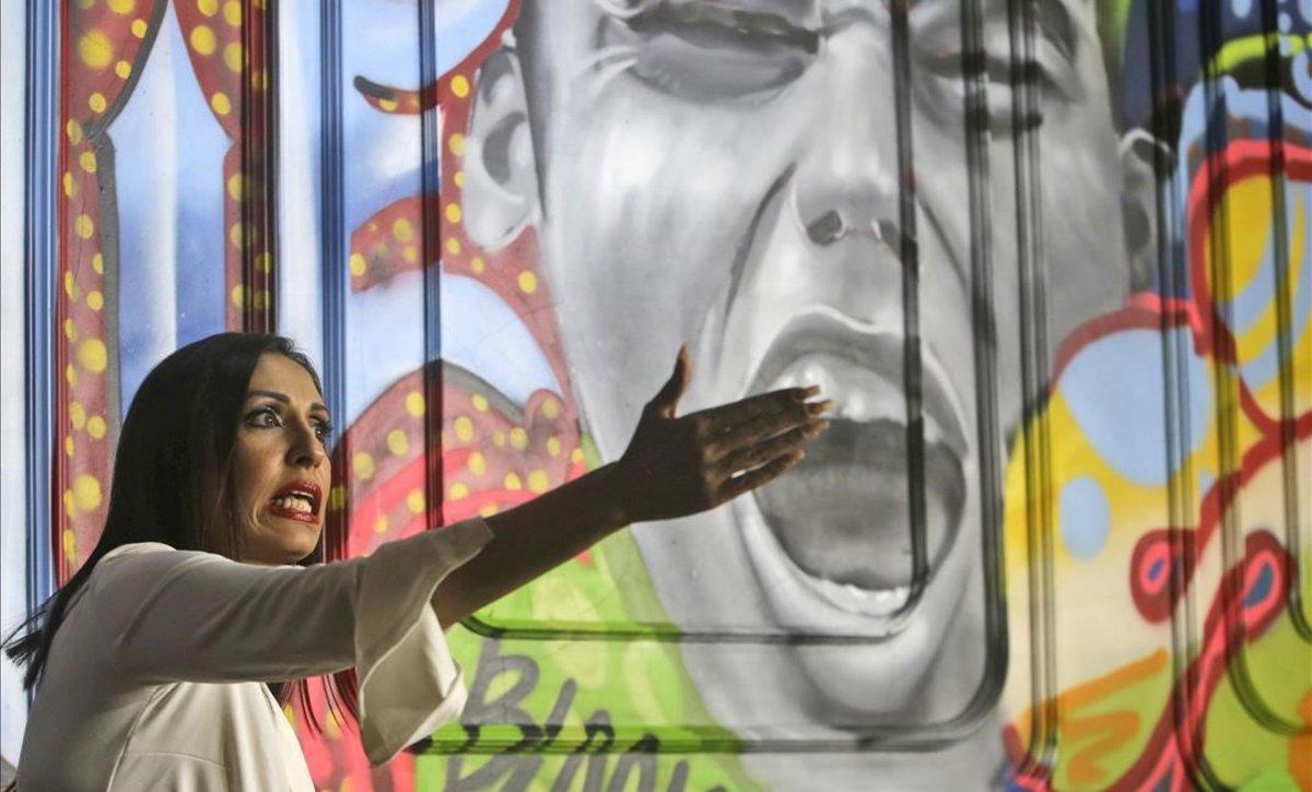 La actriz de Bollywood Pooja Mishra, durante una conferencia de prensa en la que reveló numerosos casos de abusos en la industria cinematográfica india.