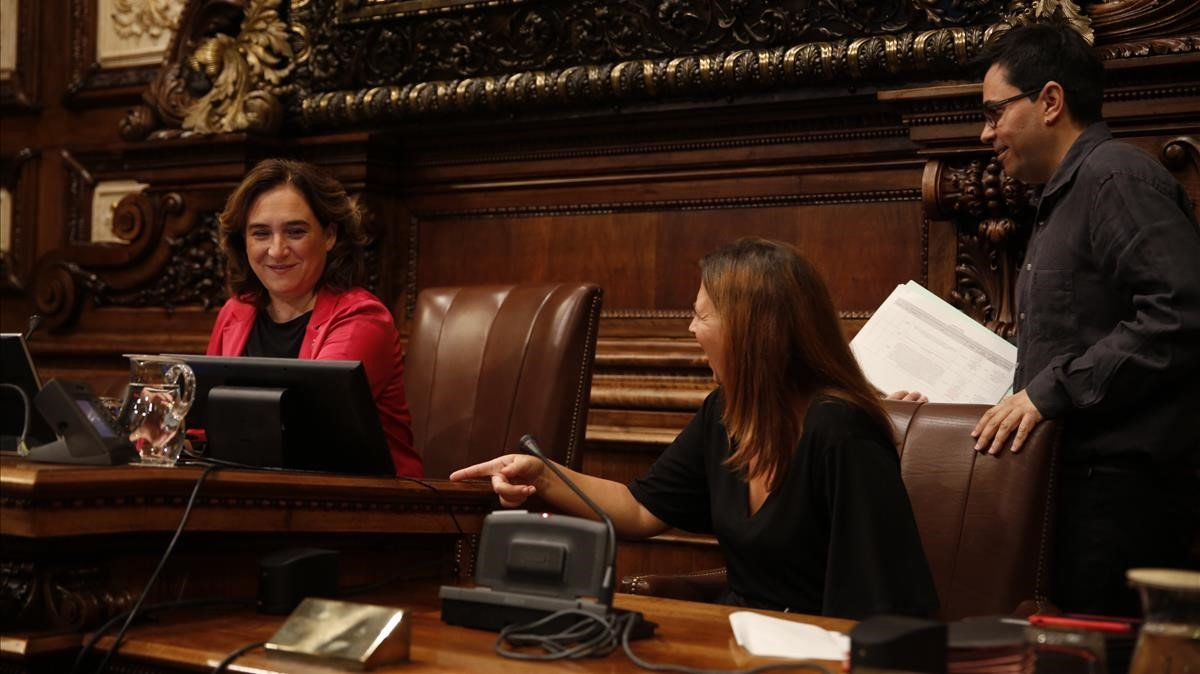 Ada Colau, presidiendo el pleno del ayuntamiento de Barcelona.