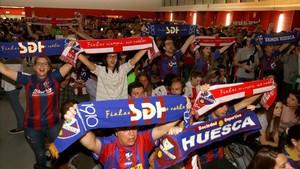 Aficionados del Huesca celebran el ascenso de su equipo a Primera.