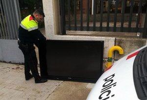 Un agente devuelvela pantalla robada al instituto de Tarragona.