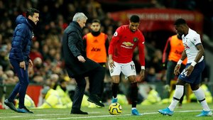 Mourinho, Rashford y Aurier, en Old Trafford.