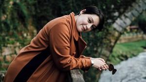 Alaitz Leceaga, en los bosques cántabros, donde ha ambientado su debut novelístico El bosque sabe tu nombre.