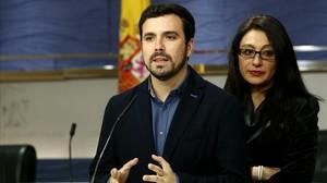 Alberto Garzón y la otra diputada de IU, Sol Sánchez, en el Congreso.