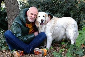 Alejandro Palomas, con su perro Rulfo, a quien dedica, «por la paciencia», 'Las dos orillas'.