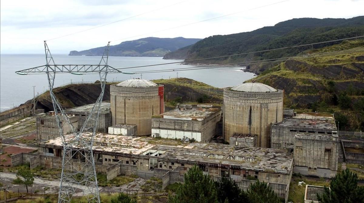 Aspecto actual de la central nuclear de Lemóniz o Lemoiz, en Vizcaya. Ni llegó a funcionar ni nunca fuedesmantelada.
