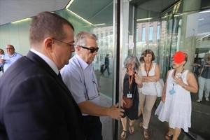 Antoni Mas, apodado el Madoff catalán, en segundo término y junto con su abogado, entrando en la Ciutat de la Justícia hace unos meses.