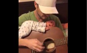 Un bebé duerme sobre la guitarra de su padre: el vídeo que divide a las redes sociales