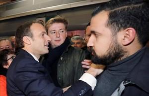 Benalla (derecha) junto a Macron, en un acto en París, el pasado 24 de febrero.