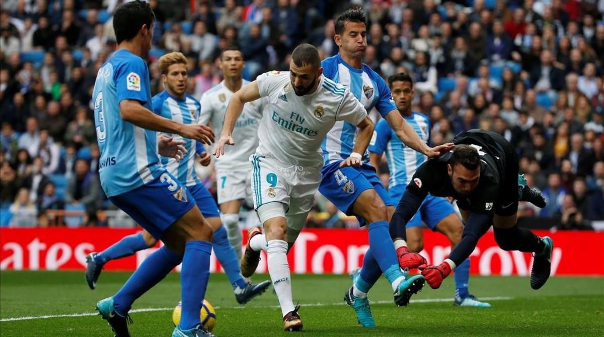 Benzema ha adelantado al Madrid ante el Málaga.
