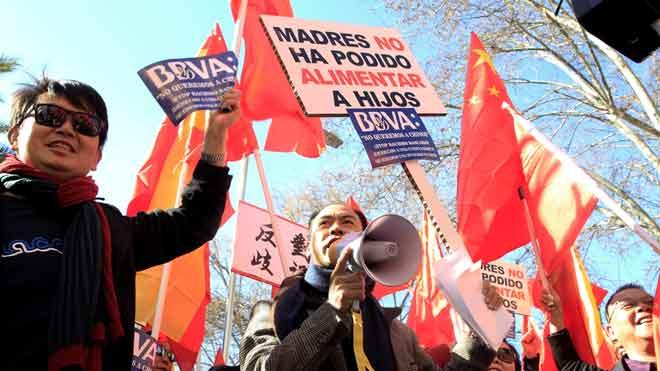 Miembros de la comunidad china se manifiestan en Madrid contra el bloqueo de sus cuentas en varios bancos por la ley contra el blanqueo.