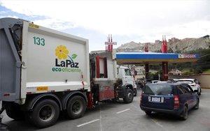 Las gasolineras en Bolivia sufren escasez de combustible.