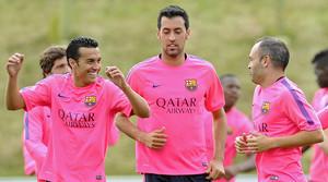 Busquets, entre Pedro e Iniesta, durante un entrenamiento.