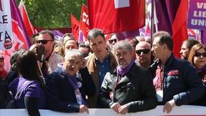 Los secretrarios Generales de UGT y CC OO Pepe Álvarez y Unai Sordo junto al Secretario General del PSOEPedro Sánchez.