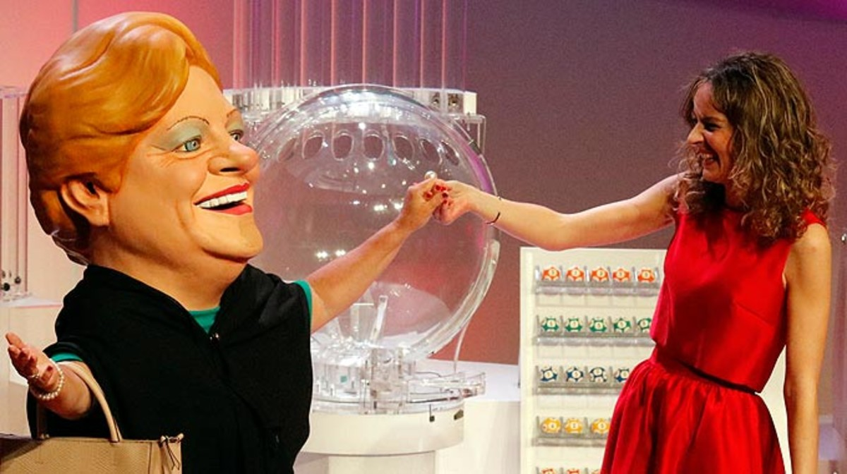 La cabezuda de la Grossa, con la presentadora Cristina Riba, durante el sorteo de Sant Jordi.