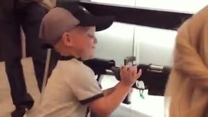 Captura del vídeo en el que Maverick, de 4 años, manipula un rifle en una feria de armas en Estados Unidos.