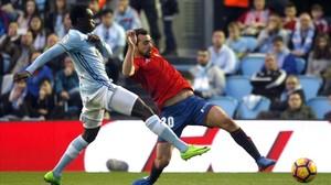 El centrocampista de Osasuna Miguel Ángel de las Cuevas intenta controlar el balon ante el jugador danés del Celta Pione.