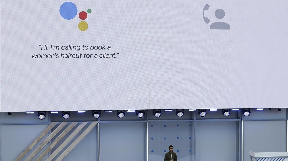 El CEO de Google, Sundar Pichai, ejemplifica una llamada en inglés del asistente digital para pedir hora en una peluquería
