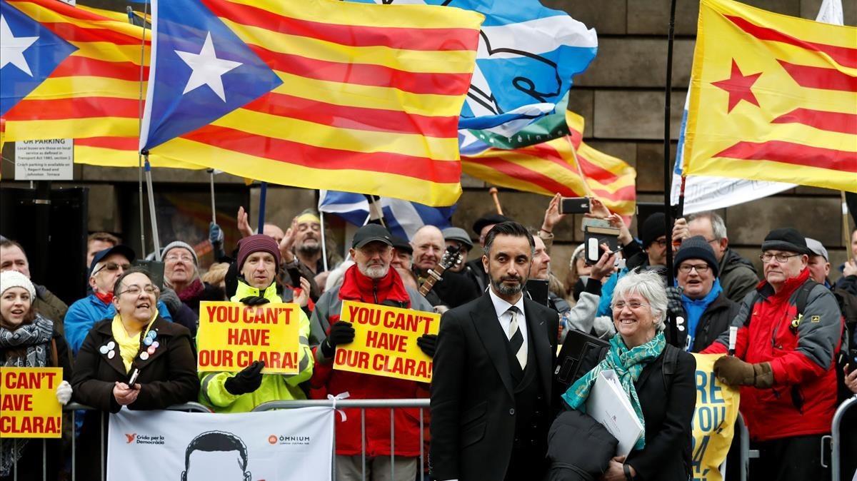 Clara Ponsatí y su abogado, Aamer Anwar, posan con las personas que han acudido al tribunal a mostrarle su apoyo, este jueves en Edimburgo.