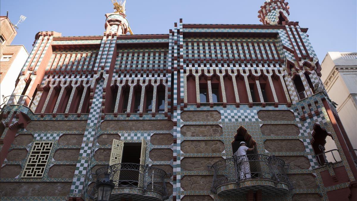 La fachada de la Casa Vicens luce ya sin lona ni andamios en la calle dede las Carolinas, en el distrito de Gràcia.