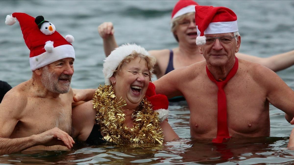 cmontanyes41412135 members of ice swimming club berliner seehunde berlin sea171225123259