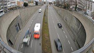 Vehículos circulan por una carretera de Stuttgart, una de las ciudades alemanas que ha actuado contra los diésel.