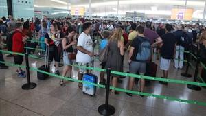 Colas en el control de seguridad de El Prat, este lunes.