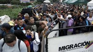 Colas de personas que intentan cruzar la frontera desde Venezuela hacia Colombia, a través del puente internacional Simón Bolívar, en Cúcuta (Colombia), el 13 de febrero.