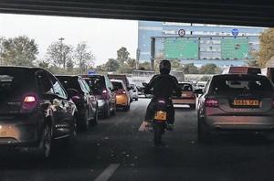 Contaminación. Circulación lenta en una de las rondas de Barcelona