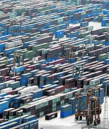 Contenedores llenos de mercancías en el puerto de Barcelona.