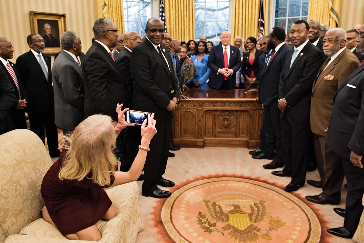 Conway toma una foto con su teléfono móvil. En esta imagen se puede apreciar que lleva los zapatos puestos.