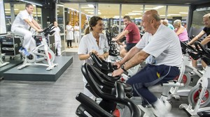 Antonio Moreno(en primer plano) , en la sala del gimnasio donde practican rehabilitación física los pacientescardiacos del Hospital del Mar.