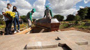 Empleados preparan a victimas del covid-19para ser enterrados este miércoles en el cementerio de Campo da Esperanca,en Brasilia.