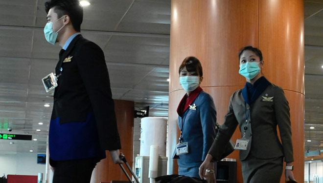 Auxiliares de vuelo con mascarillas en el aeropuerto de Yangon.