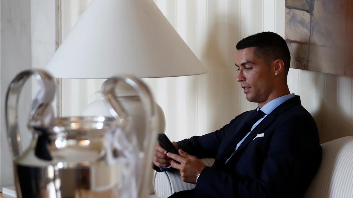 Cristiano Ronaldo, con el trofeo de la Champions en Madrid.