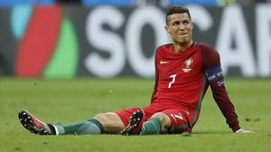 Cristiano, en el suelo después de sufrir el fuerte golpe en la rodilla que le hizo abandonar el campo.