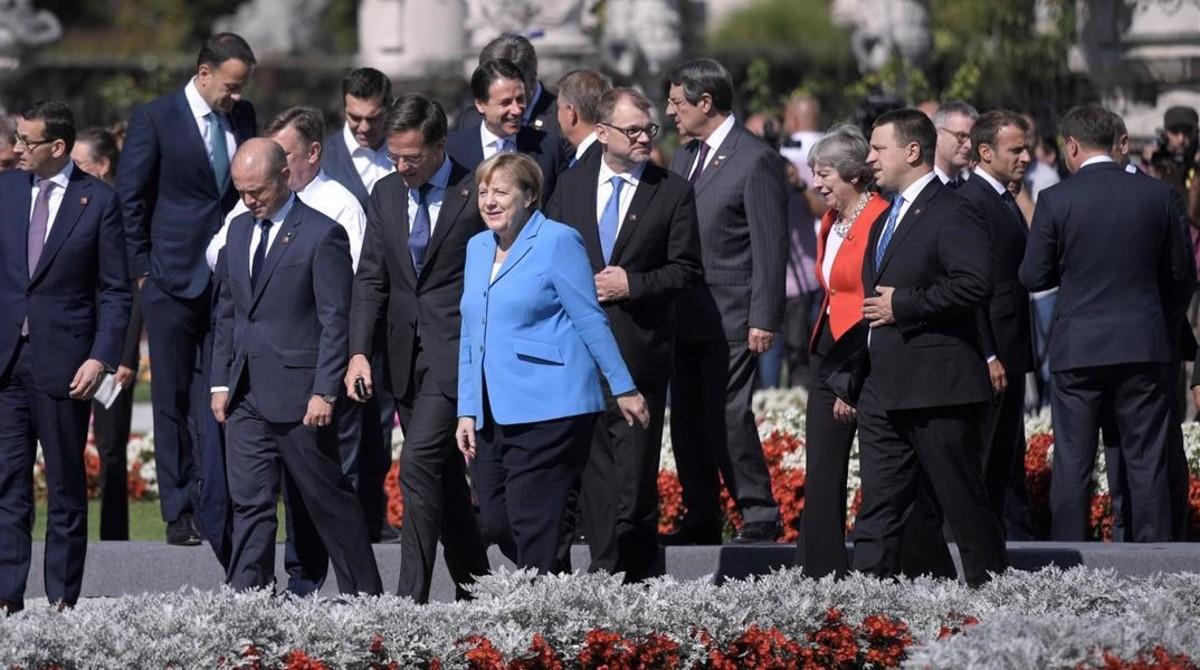 Líderes europeos llegan a la foto de familia de la cumbre de jefes de Estado yde gobierno de la Union Europeaen Salzburgo.
