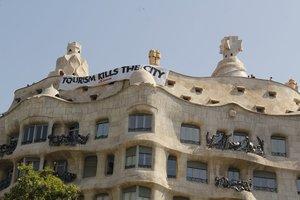 Arran irromp a la Pedrera per protestar contra el turisme
