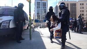 Decenas de personas intentan boicotear la inauguración de la estación de Sabadell Centre