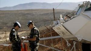 Dos militares del Ejército español, en la base Cervantes del Líbano.