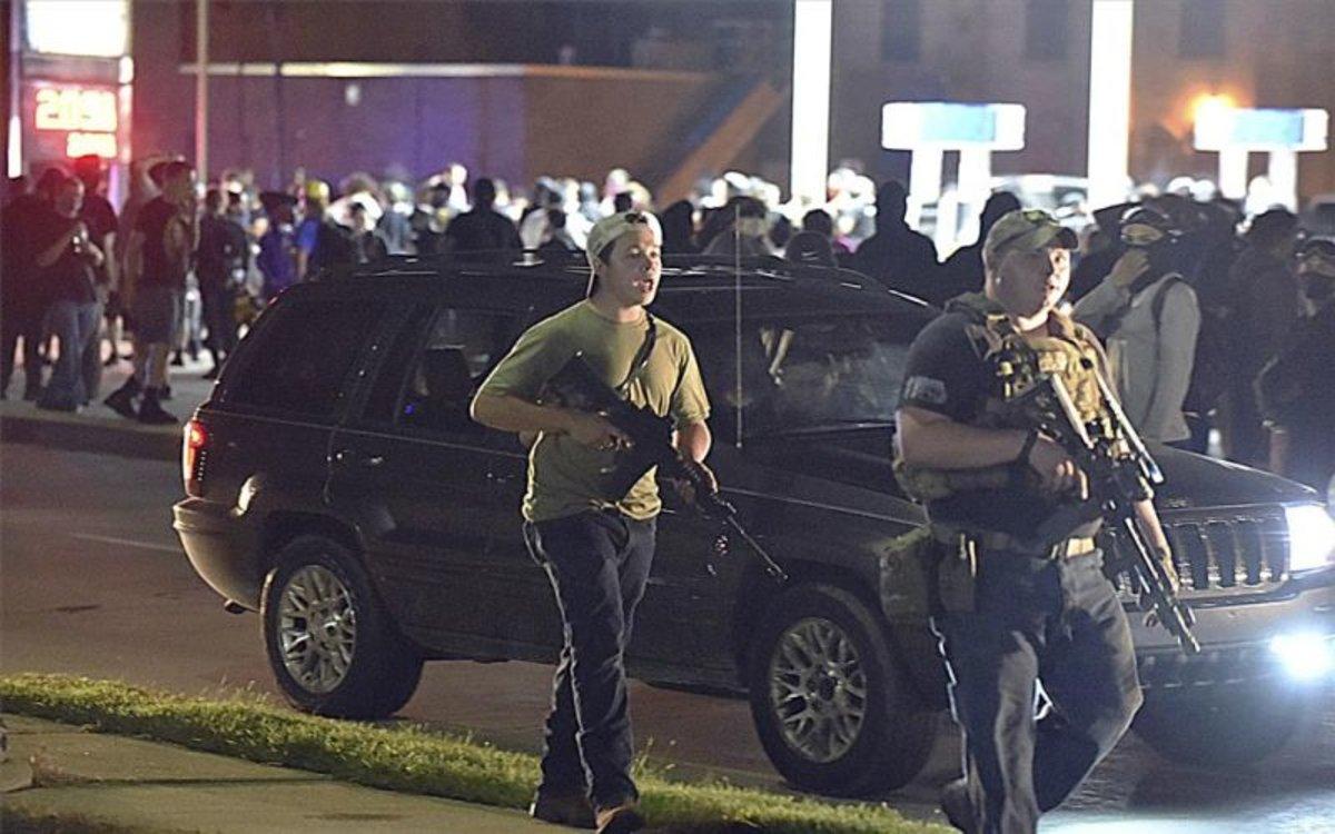 Kyle Rittenhouse (izquierda) mató a dos personas en las protestas enel estado de Wisconsin, EEUU.