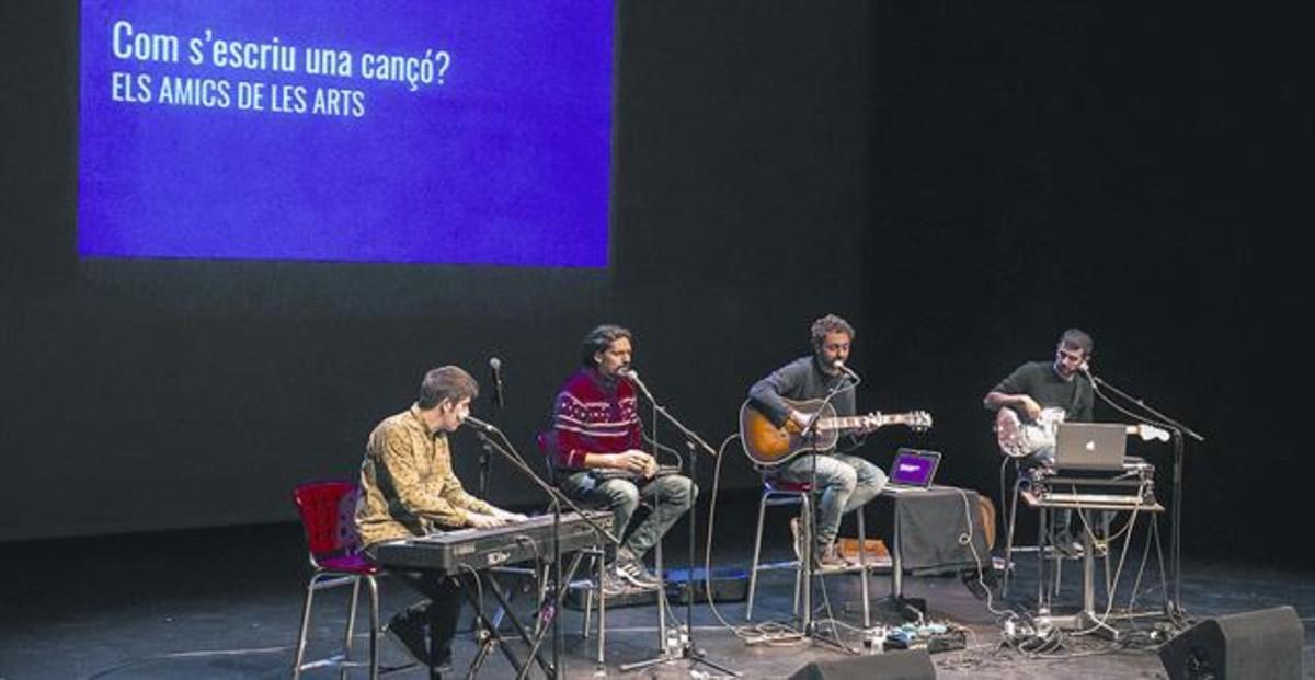 Els Amics de les Arts interpretan el espectáculo Com sescriu una cançó en el SAT! como parte de la programación escolar del espacio.