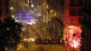 Enfrentamientos entre radicales y policías en laVia Laietana, en Barcelona.