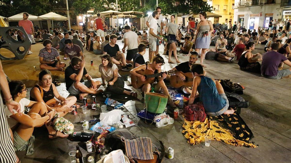 Escena nocturna en la plaza del Sol de Gràcia.